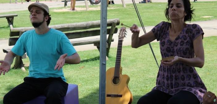 Dois atores da Companhia Arte Negus apresentam história para público do Parque Villa-Lobos.