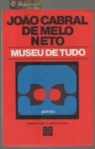 O livro foi publicado em 1975. Com ele, João Cabral de Melo Neto recupera, sem nostalgia, maneiras de conceber o poema e o livro que o remetem às suas origens; Pedra do sono e O engenheiro.