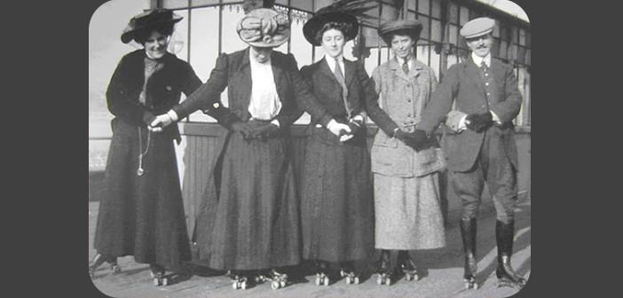 Foto de época, em preto e branco. Vemos cinco pessoas, quatro mulheres usando longos vestidos e chapéus, um homem na ponta direita, todos de frente, enfileirados e de mãos dadas. Todos estão usando patins. Ao centro, a escritora Agatha Christie.
