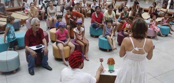 Público assiste à apresentação de atores na oca, espaço dentro da Biblioteca Parque Villa-Lobos, durante a Hora do Conto