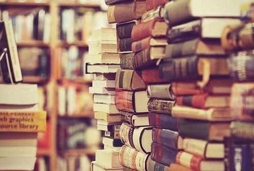 Homem acha livros emprestados há 42 anos